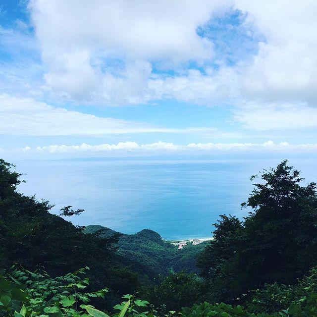 【takebe01】さんのInstagramをピンしています。 《山の日!9合目きた!めっさきれい! #山の日 #弥彦山 #弥彦山登山 #海 #絶景》
