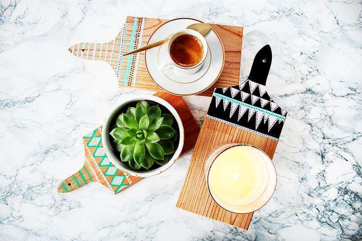 Ce DIY : Customiser une planche à découper vous indique comment personnaliser ce petit accessoire en bois et l'intégrer à votre décoration.