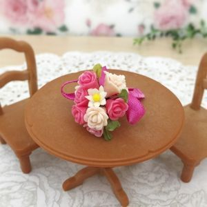 花びら1枚から手作りした、指先サイズの小さなカーネーションやバラなどをピンク系でまとめました♪ お手持ちのドールと一緒に飾ったり、インテリアにしてみてはいかがでしょうか?※こちらピンクブーケのカートです。他色は別カートにてご用意しております。●カラー:ピンク、薄ピンク、白、黄緑●サイズ:4cm×2.5cm●素材:樹脂粘土、ワイヤー、リボン等●注意事項:制作時に注意しておりますが、指紋や細かい埃が付着している場合がございます。 パーツとワイヤーを接着剤で接着しておりますが取れやすくなっております。 優しいお取り扱いをお願いします。●作家名:tokosweets#ミニチュア #クレイフラワー #樹脂粘土 #花束 #ブーケ #フラワーアート #ドールハウス #バラ #薔薇 #ローズ #かわいい #インテリア #シルバニア #ハンドメイド #handmade----------------------------------------------【定形外郵便の料金改定】2017/6/1日本郵便の料金改定により定形外郵便は全て規格外料金価格とさせて頂きます。【ギフトラ...