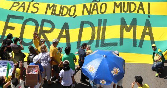 """""""Uma Dilma frágil encara outra vez a prova de fogo das manifestações, diz El Pais sobre protestos convocados para hoje(16) no Brasil"""""""