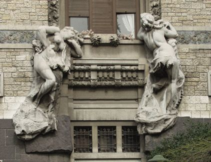 """In Corso Venezia 47 c'è Palazzo Castiglioni, capolavoro del Liberty italiano del 1904 dell'architetto Giuseppe Sommaruga.  Originariamente il portone era abbellito da 2 statue, allegoria di pace e industria, rappresentate come donne seminude, che scandalizzarono i benpensanti e diventarono soggetto di sarcasmo: il palazzo fu ribattezzato """"Cà di ciapp"""". Castiglioni fece così smantellare le statue, riutilizzate sull'entrata laterale di villa Faccanoni, (oggi clinica Columbus, via Buonarroti…"""