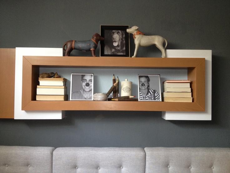 Repisa decorativa para sala de TV con fotografías de la familia