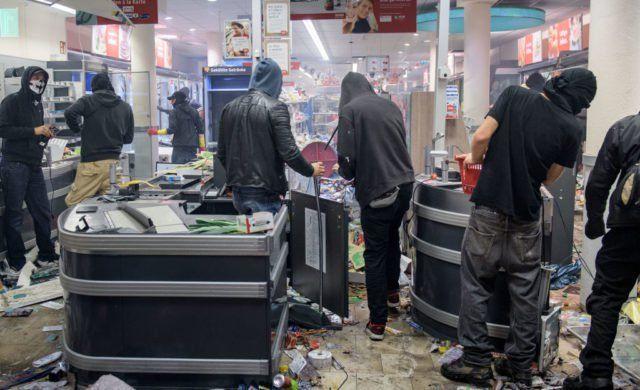 Ausschreitungen beim G20-Gipfel: Wegen schwerem Landfriedensbruchs wurde ein junger Mann zu einer Bewährungsstrafe verurteilt. Durch die Plünderung, die Zerstörung in dem Supermarkt durch Randale und die folgenden Umsatzeinbußen war ein Gesamtschaden von 1,7 Millionen Euro entstanden.