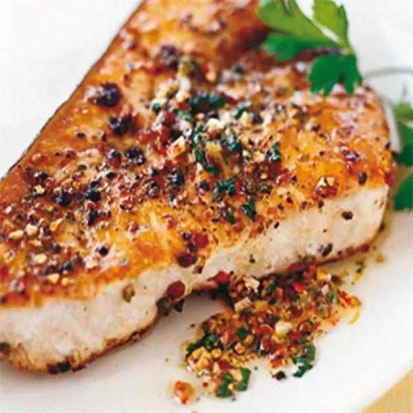 Pesce spada al forno, con mandorle e tris di pepe