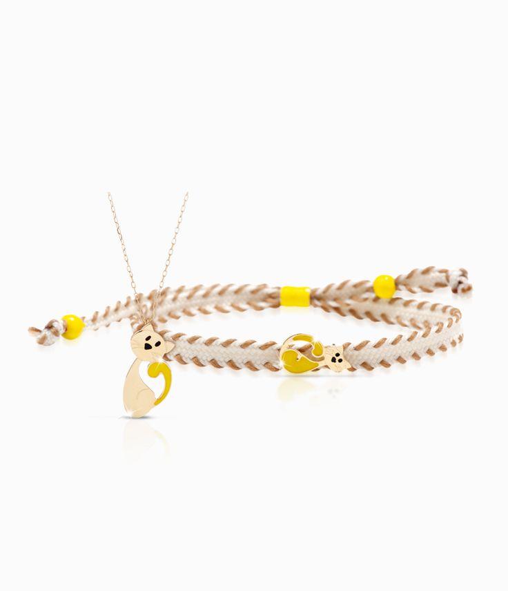 Pendente e bracciale Io&Te in oro giallo con sagoma gattino smalto colorato. Il bracciale è corredato di cordino tessuto canvas con chiusura regolabile. Tutti i bracciali della linea possono essere venduti anche singolarmente.