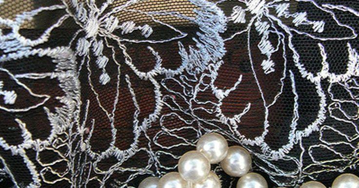 Cómo hacer tú misma un top de encaje. El encaje es un tejido delicado que suele usarse en capas sobre una tela más gruesa, ya que es un tipo de malla que se puede ver a través. Los vestidos de novia y trajes de noche, así como la ropa interior son comúnmente hechas de encaje. El fino encaje también se utiliza para hacer las tops. Si deseas hacer un top de encaje, ten tu máquina de ...