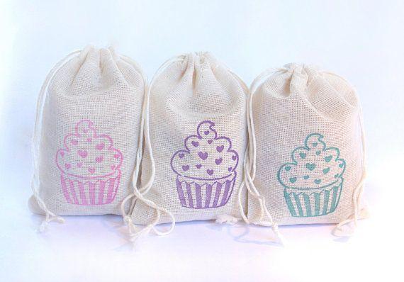 Estas bolsas son ideales para el cotillón, a la espera de ser lleno de bienes, mercancías o regalos. * 15 bolsas de muselina de algodón con cadena de empate. Usted recibirá 5 de cada color. Colores de tinta: -Rosa -Púrpura -Teal * Por favor, seleccione el tamaño de la bolsa