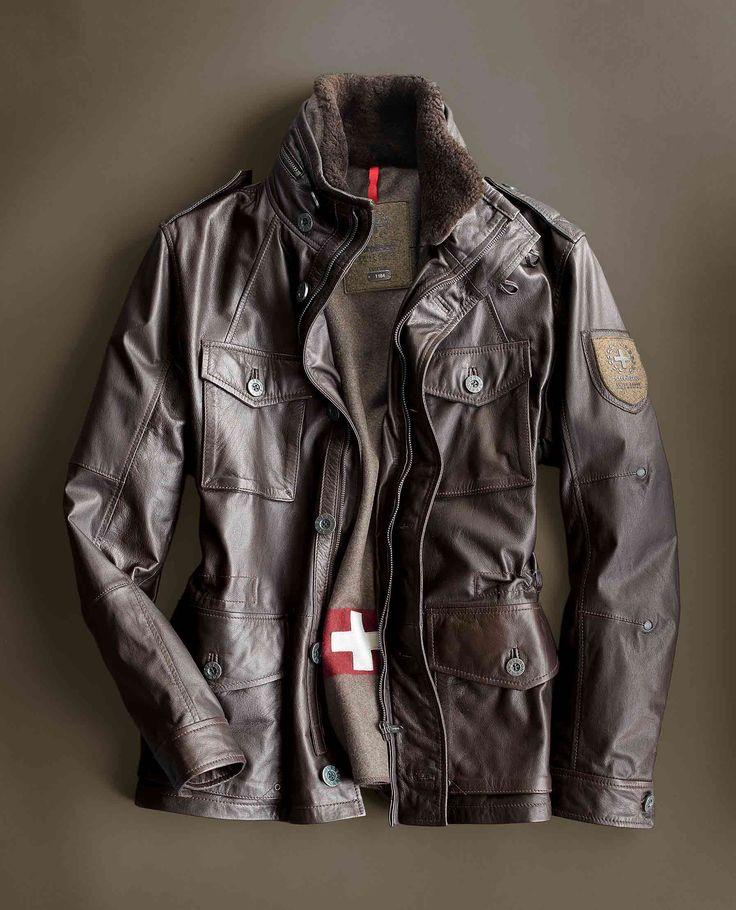 Lederfieldjacket aus der STRELLSON Swiss Cross-Kollektion. Mit austrennbarem Wollfutter und einem echten Schweizer Taschenmesser in der Innentasche. Auch in Schwarz erhältlich bei HIRMER