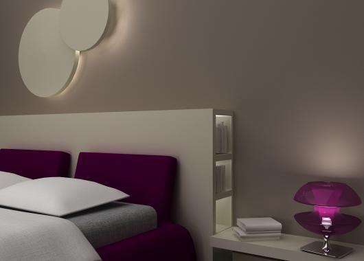 Il progetto prevede una sorta di parate attrezzata in cartongesso che unisce la funzione di testiera del letto a quella di contenitore e di comodino.