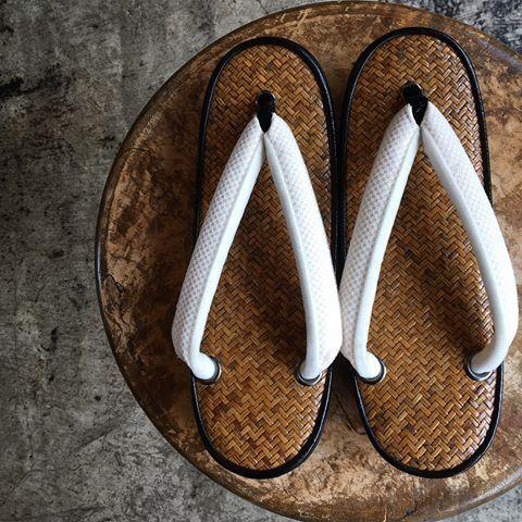 昨日から開催している「夏の下駄・草履の展示会」お客様の誂えた網代の草履が、素敵すぎます(^-^)そして、6月も今日で最後ですね。単衣の結城紬に夏のお洒落な帯のコーディネートも今年最後になります。 着物 結城紬 帯 刺繍夏名古屋帯 草履 網代 #oteshio #Kimono#大人きものおしゃれ事典 #網代草履#結城紬#葛の花#市松シルク印伝#鼻緒