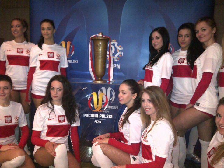 Cheerleaders Reprezentacji Polski z trofeum PP przed pierwszym finałem we Wrocławiu