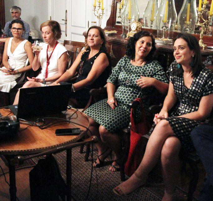 Em volta da mesa de jantar, as várias lideranças artísticas do Rio de Janeiro reunidas com o secretário de Cultura Lazaroni