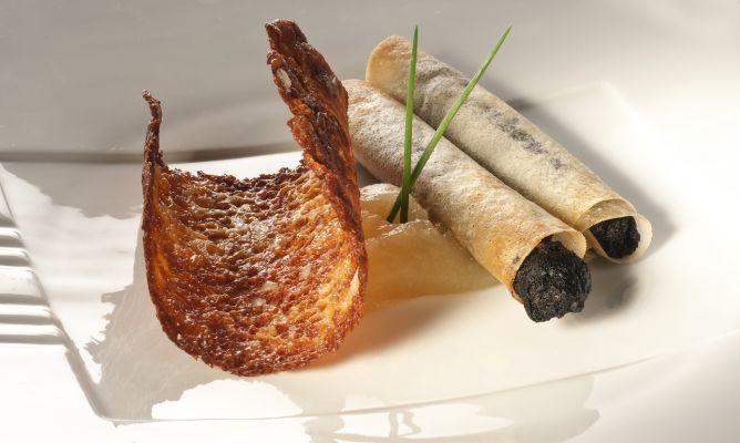 Bruno Oteiza elabora una receta fácil de tejas de queso y cigarrillos de morcilla acompañados de compota de manzana, un aperitivo perfecto para sorprender a tus invitados.