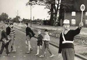 Schülerlotse 1963 auf der Friedrich-Ebert-Straße an der Einmündung zur Bahnhofstraße