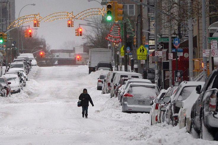 """Es soll ein Sturm historischen Ausmaßes werden: Blizzard """"Juno"""" fegt über die Ostküste der USA hinweg. Für New York wurde die Blizzardwarnung inzwischen aufgehoben. Wir halten Sie über die aktuelle Entwicklung des Sturms in unserem Liveticker auf dem Laufenden. +++ Blizzardwarnung für New York aufgehoben +++ http://web.de/magazine/panorama/Liveticker-blizzard-juno-mega-schneesturm-wuetet-us-kueste-30400496"""
