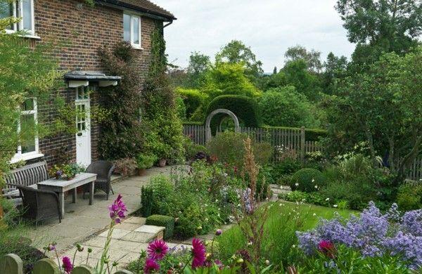 landhaus rustikal vorgarten gestalten lila blumen mediterran stil