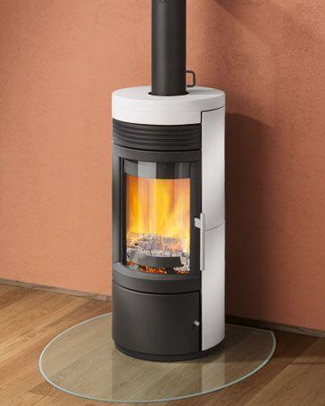 Stufa a legna Rika mod. Twist Potenza 8 Kw, volume riscaldabile 210 mc, dimensioni 109x50x50, girevole, rivestimento in maiolica e fronte stufa in ghisa con portalegna.