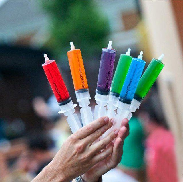 Olha que genial para festas e eventos! Shots de várias bebidas em seringa
