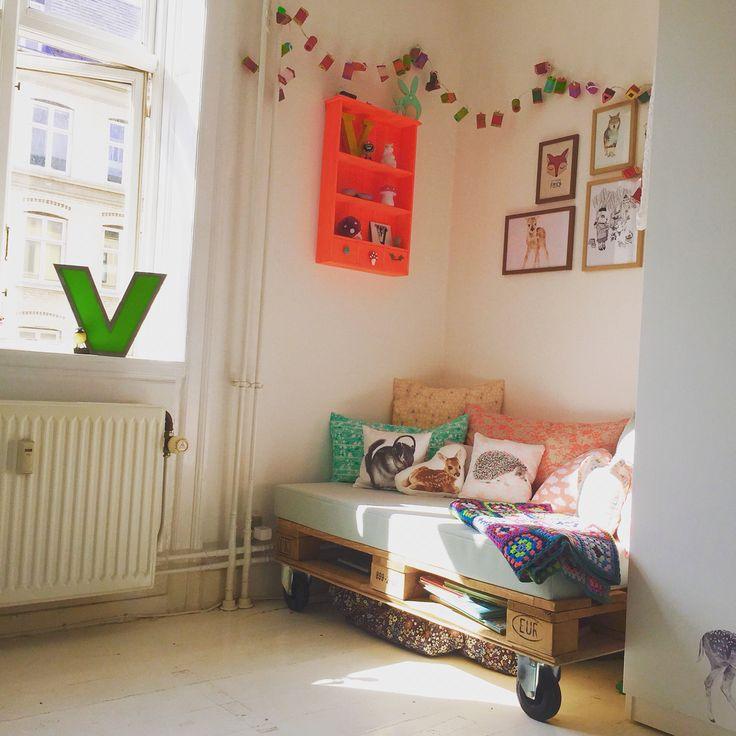 Cosy corner, nursery, todlers room, children, child, letterlamp, pillows, pallemøbel, hyggemadras, børneværelse