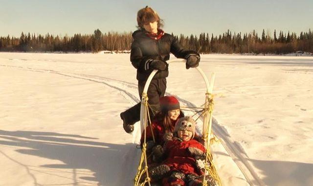 Všechen čas na světě 11. 03. | 17:00Atlas VS  Na motorové lodi se Suzanne a Gerard stěhují se svými třemi dětmi, dvěma kočkami, psem a hromadou zásob do hloubi kanadských lesů. Ve srubu bez elektřiny, internetu, mobilů a především bez hodin zjišťují, jaké to je, být přirozeně spolu – v ostrůvku domova uprostřed divočiny, na devět měsíců odříznuti zamrzlou řekou od rušivých vlivů civilizace...