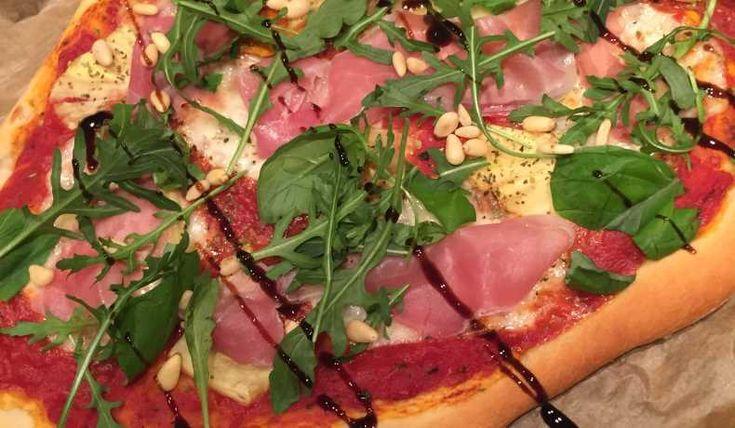 Enkla recept som blir grunden till den godaste pizzan, den du gör själv :) Räcker till 2 portionspizzor eller 1 stor. Såsen gör du medans degen jäser.
