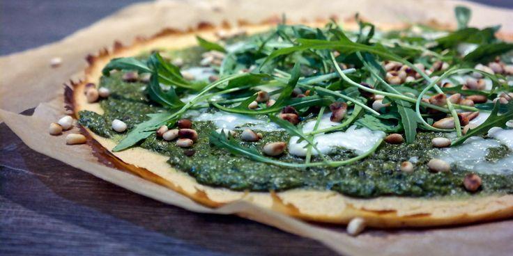 Пицца на корже из гороховой муки с зеленым соусом, козьим сыром, рукколой и кедровыми орешками / Pizza on shortcakes of pea flour with green sauce, goat cheese, arugula and pine nuts