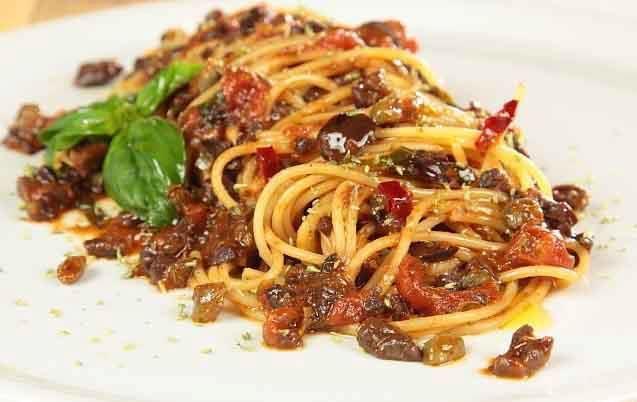 Ingredienti per 4 persone: 400 g di spaghetti 50 g di olive verdi 50 g di olive nere 100 g di capperi dissalati 6 pomodori San Marzano 4 cucchiai d'oli