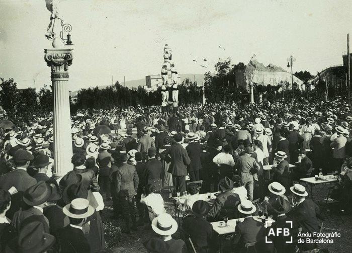 Aquest 2012 se celebren 100 anys del Turó Park, inaugurat el 8 de juny de 1912. Dissabte es donarà el tret de sortida a les commemoracions, que s'allargaran fins al juny de 2013. Més informació a http://ves.bcn.cat/qkwwb  La fotografia és de Frederic Balell i data del juny de 1915, quan el Turó Park era tot un parc d'atraccions, com la muntanya russa que es veu a la dreta de la imatge.