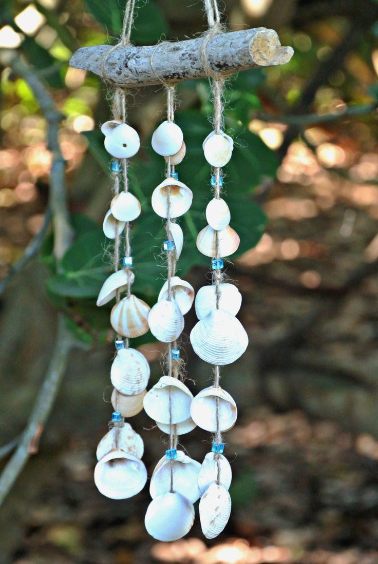 {Drijfhout zeeschelp hennep en crystal suncatching windchime}  Dit Eco-vriendelijke windchime ziet prachtige opknoping buiten de voordeur, op uw terras, in uw strand-thema kamer, in uw tuin, enz. De windchime werd gebouwd met een stuk van natuurlijke drijfhout, hennep, aanwijzing kristal kralen en zeeschelpen, die werden gevonden met natuurlijke bestaande gaten. De drijfhout en schelpen werden gevonden in Coral Cove & Carlin Park in Jupiter, Florida.  Maten: Drijfhout - ongeveer 7 inch…