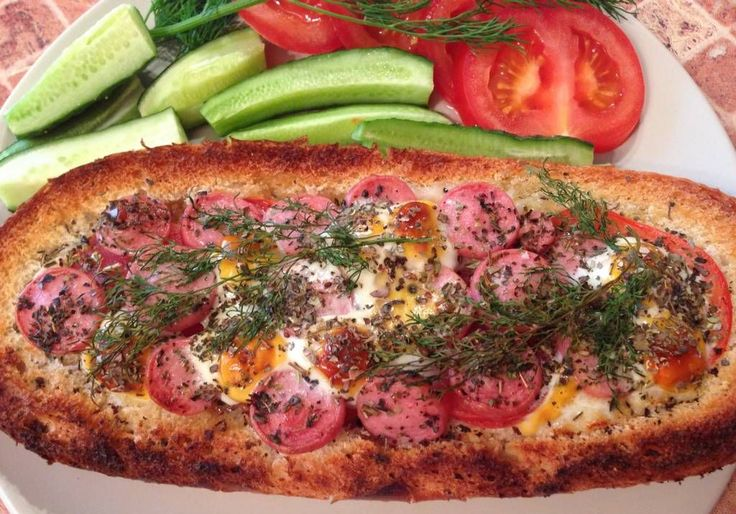 Брускетта с помидорами, сосисками и перепелиными яйцами