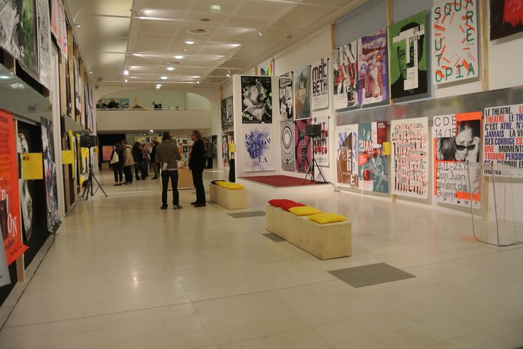 Plus de 450 affiches et un grand nombre d'objets d'édition reflètent la richesse de la création visuelle, essentiellement des 30 dernières années.