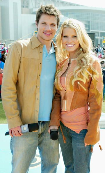 News Photo : Singers Nick Lachey and wife Jessica Simpson pose...