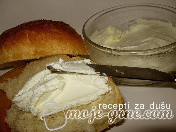 Domaći krem sir-230 gr Staviti 1,5l mleka da se smlači, vodeći računa da se ne pregreje mnogo. U mleko staviti 1,5 limontus (15gr, pošto je jedna kesica obično 10gr), prekriti krpom i ostaviti da stoji 1h. Posle procediti mleko kroz gazu, onda gazu zavezati i zakačiti gde vam je zgodno, da bi moglo da se dobro ocedi. Držati tako nekih 15 minuta. Kada se ocedi, masu staviti u posudu, dodati 3 kašike ulja i soli po ukusu, pa dobro umutiti mikserom. Staviti u posudu i ostaviti na hladnom.