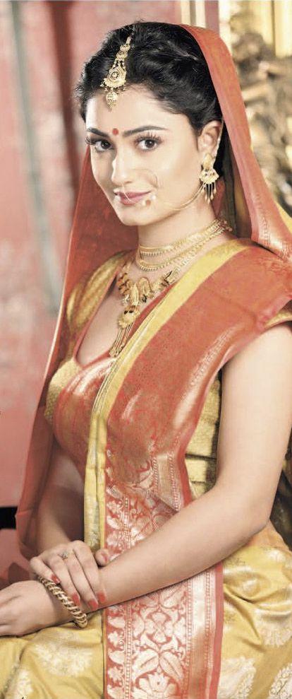 Bengali Bride in Tussar Silk Benarasi saree with traditional jewellery