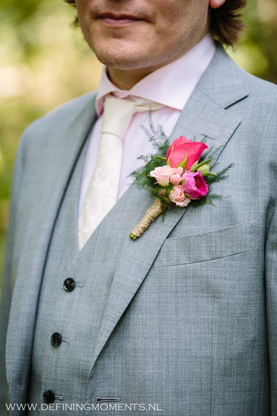 Bruidscorsage voor bruidegom in heldere roze en fuchsia tinten.