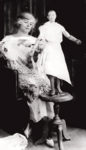 Madeleine Vionnet ne dessinait pas, elle travaillait directement sur de petit mannequin.