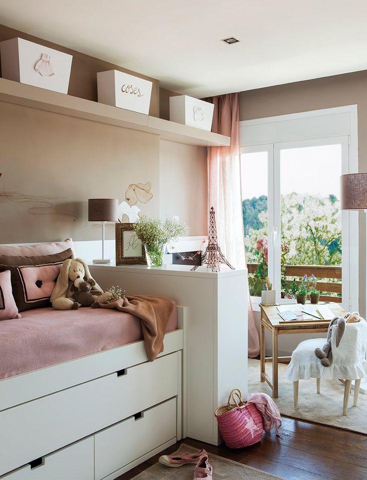 Tres ambientes en un dormitorio  Junto al ventanal y frente a una pequeña pizarra y varias estanterías para cuentos se ha colocado un pupitr...