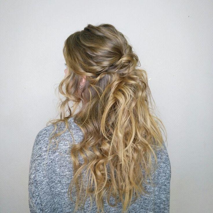 Небрежные локоны прическа на длинные волосы