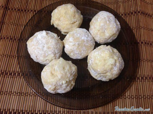 Aprende a preparar croquetas de yuca y queso con esta rica y fácil receta.  Alistar todos los ingredientes para estas deliciosas croquetas de yuca. Pelar y cocinar l...