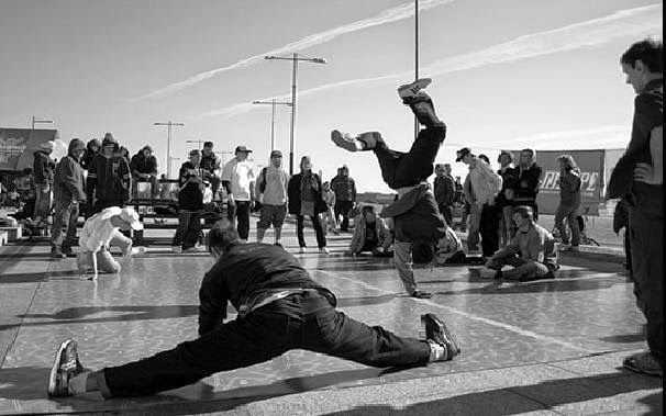 Sur l'art de la streetdance, découvrez l'histoire et les différentes danses qui la caractérisent !