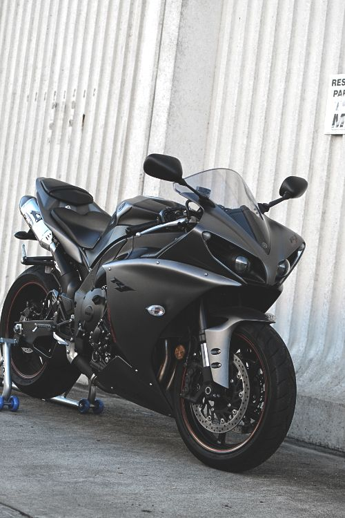 veo una moto de color  negro que tiene un motor muy potente y una velocidad muy alta