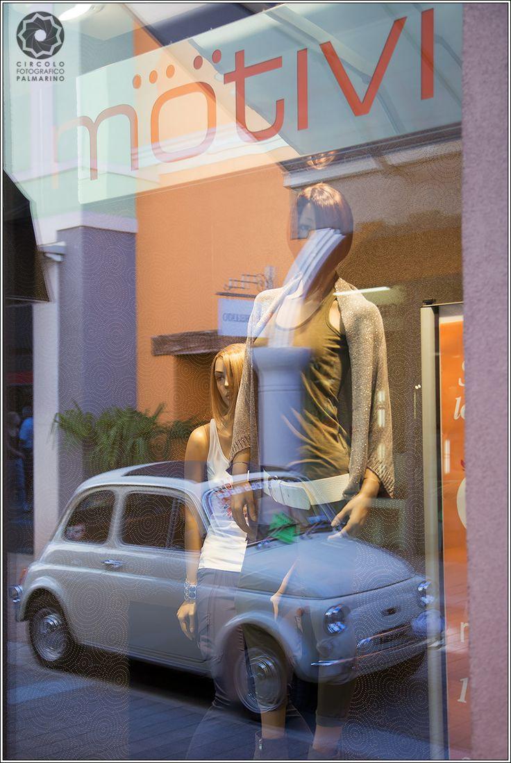 Riflesso di una #Fiato #500 su una #vetrina del #Palmanova Outlet http://www.palmanovaoutlet.it/it