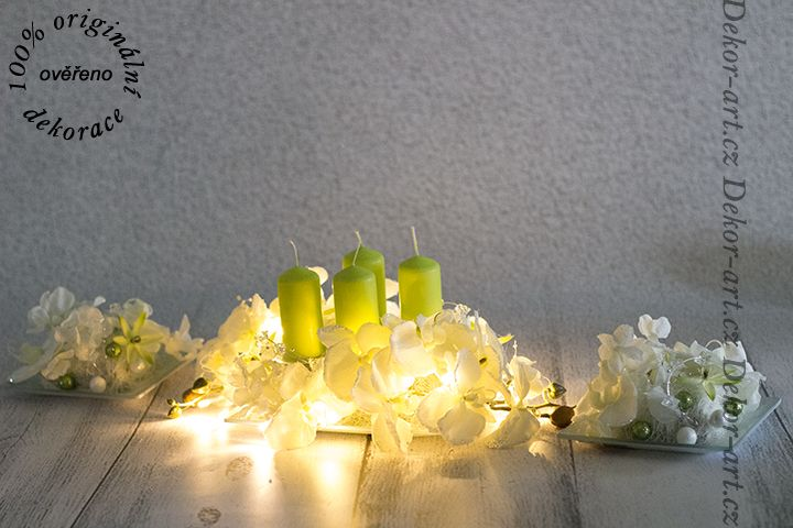 Vánoční sada dekorací na stůl.