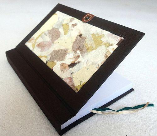 Ručně šitý deníček, koláž z ručních papírů, bílý papír 80 g, tmavě hnědá barva. Více info na fler.cz uživatel L.atem25