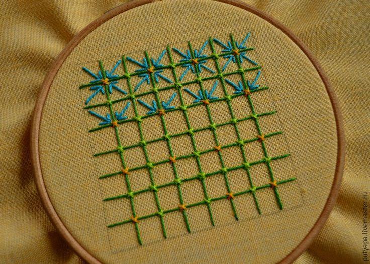 Предлагаю вашему вниманию серию несложных мастер-классов по вышивке в технике 'декоративные сетки' или, как окрестила этот вид вышивки моя знакомая, 'крестик для ленивых' :) Эта техника довольно проста и под силу начинающим рукодельницам. В пределах контура натягивается сетка, которая может быть прямой или ромбовидной. Места пересечения ниток прикрепляют к ткани стежками-'скрепками', которые могут быть в виде прямых или косых стеж…