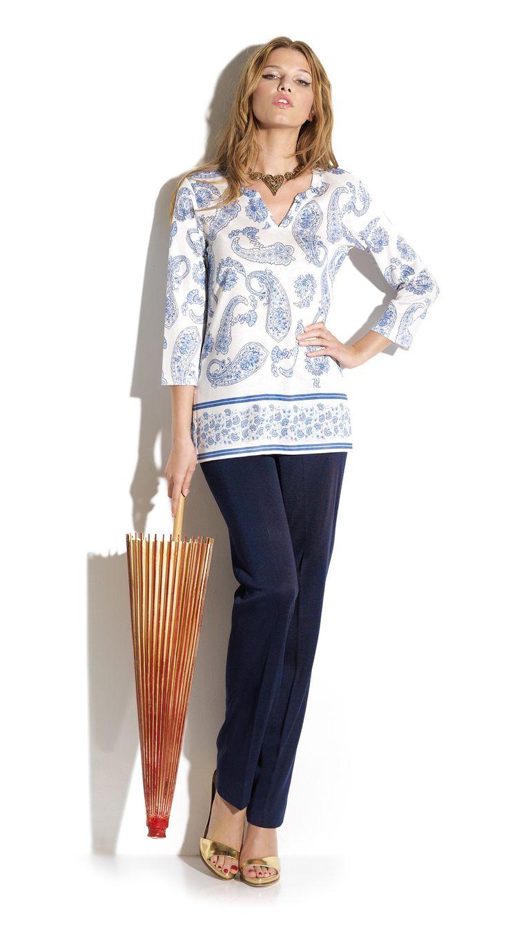 Total look blusón estilo Saint Tropez escote lagrima, estampado cachemir azul cobalto a conjunto pantalón recto color royal.