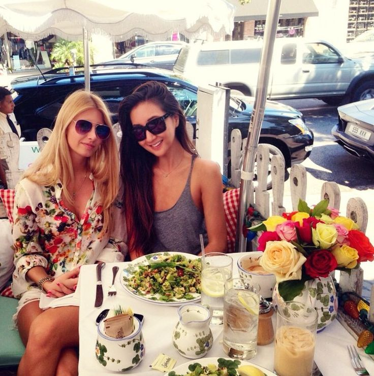 It's all about the florals today. Having a lovey lunch at The Ivy #LA #nom #rosesareredvioletsareblue #besties #thearmyof2