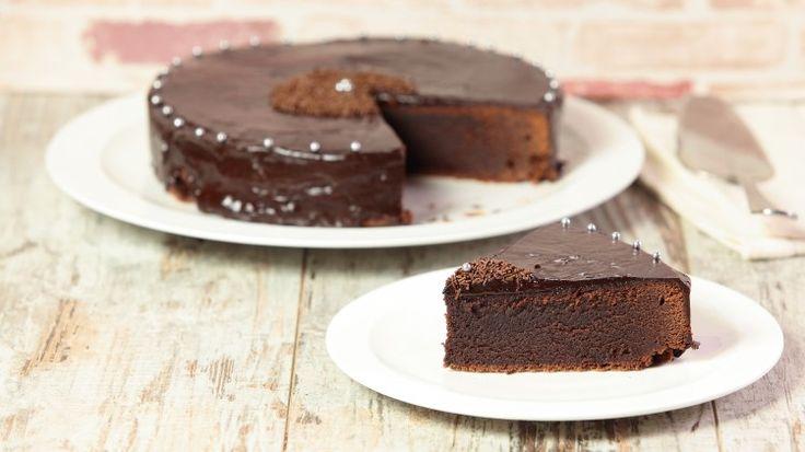 Ricetta Torta morbida al cioccolato fondente: Una torta al cioccolato fondente dal cuore morbidoso, la torta morbida al cioccolato fondente è una vera goduria per i più golosi di cioccolato. Non così semplice da realizzare ma di sicuro successo e se vi scappa qualche crepa nella base, non vi preoccupate! Con la ganache si copre tutto e avrete la torta più elegante che avrete mai realizzato.
