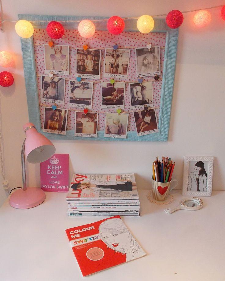 Mesa de trabalho super fofa !A ideia de DIY do  quadro de fotos como varal de polaroids da Taylor Swift é muito criativa !!