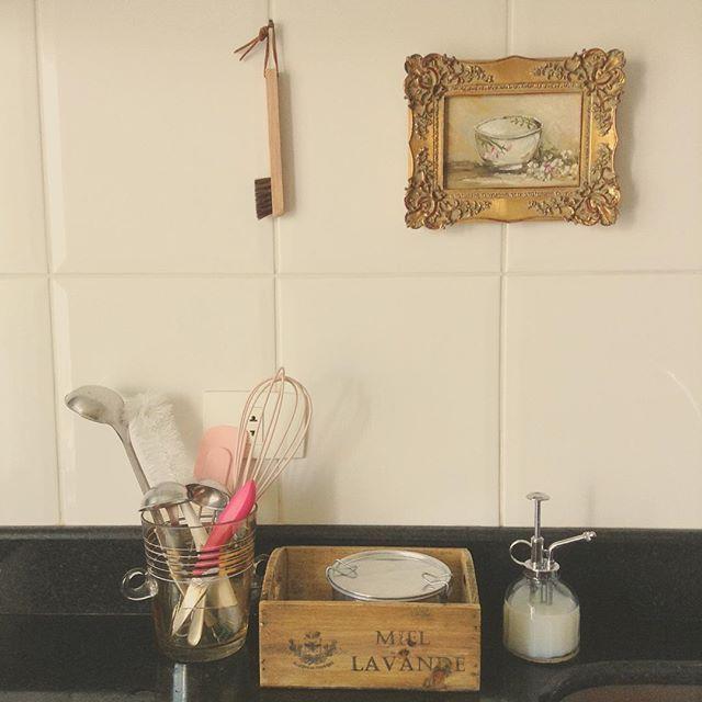 WEBSTA @ studiodalu - Vidro de gelo que vira vidro de utensílios, marmitex que vira porta-esponja e burrifador de plantas que vira porta- detergente. Essa é a minha cozinha, que virou cozinha de estar! 😜 #casaedecor #cozinhadeestar #minhacasa #chezlulu #studiodalu #dicabacana #chezmoi